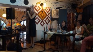 Rácz Vali egykori slágereit Gallusz Nikolett, a Madách Színház népszerű művésze adta elő.