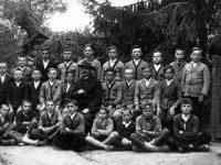 Rácz Ferenc tanítványaival 1920-ban